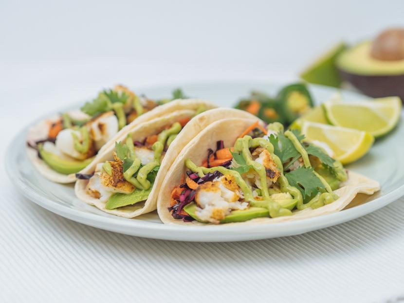Einfache Fisch Tacos mit Rotkraut Slaw und Avocadocreme 5