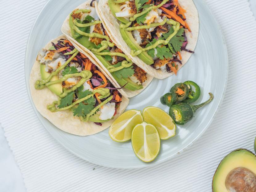 Einfache Fisch Tacos mit Rotkraut Slaw und Avocadocreme 1