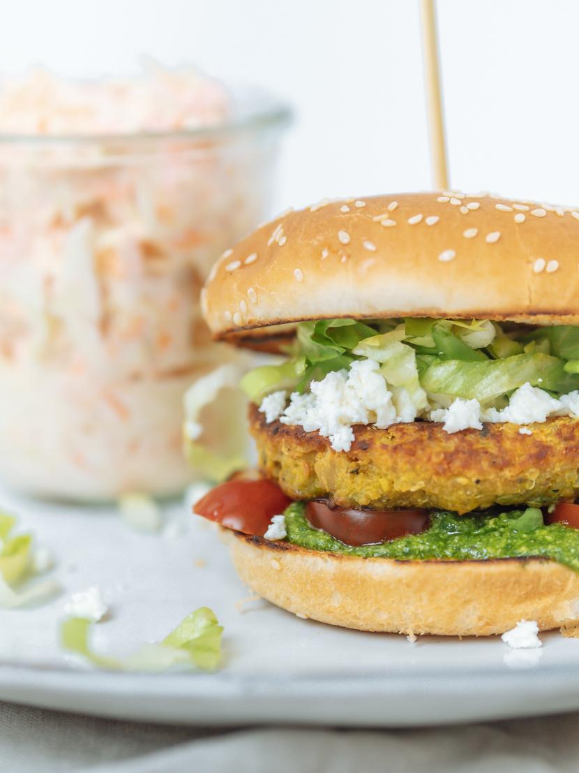 Kürbis-Quinoa-Burger mit Rucola Pesto und Feta 2