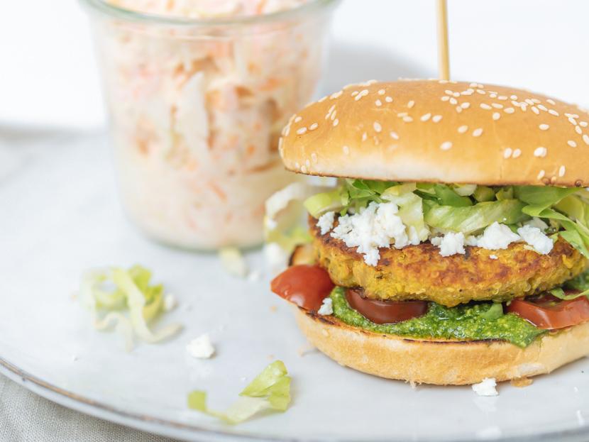 Kürbis-Quinoa-Burger mit Rucola Pesto und Feta 3