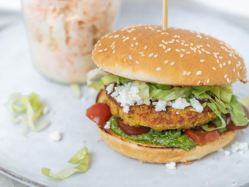 Kürbis-Quinoa-Burger mit Rucola Pesto und Feta 7