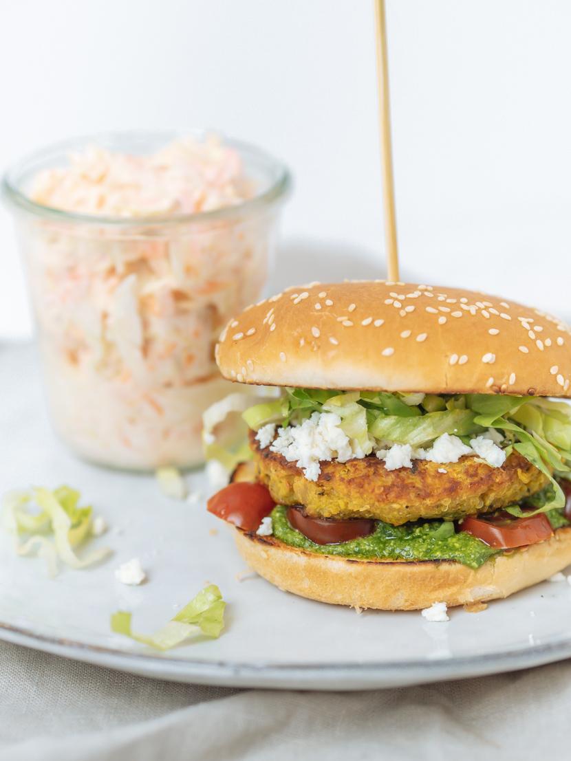 Kürbis-Quinoa-Burger mit Rucola Pesto und Feta 4