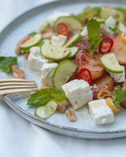 Gegrillter Pfirsich mit Feta und Walnüssen, gegrillter Pfirsich Salat, Pfirsich grillen, Vorspeise mit Pfirsich, Pfirsich Vorspeise, Pfirsich vom Grill, Vorspeisensalat mit Feta und Walnüssen, Pfirsich pikant, vegetarisch grillen, einfaches Rezept, Grill Rezept, alykkelife.com