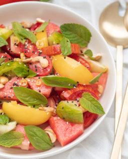 Wassermelonen Tomaten Salat mit Ingwer Dressing, Grillbeilage, frischer Salat mit Ingwer Dressing, Tomatensalat, sommerlicher Salat mit Wassermelone, Grillbeilage Salat, Grillbeilage schnell, Grillbeilage vegan, Tomatensalat Rezept, einfacher Tomatensalat, Wassermelone Rezept, Wassermelonen Salat, schnelle Küche, alykkelife.com